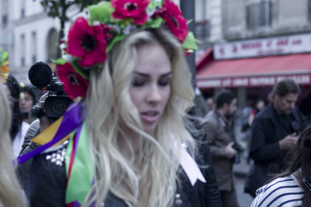 femen protest louvre - photo #27