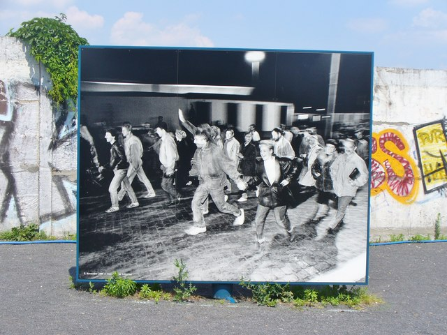 File:Berlin - Platz des 9 November 1989 - Denkmal - geo.hlipp.de - 37997.jpg