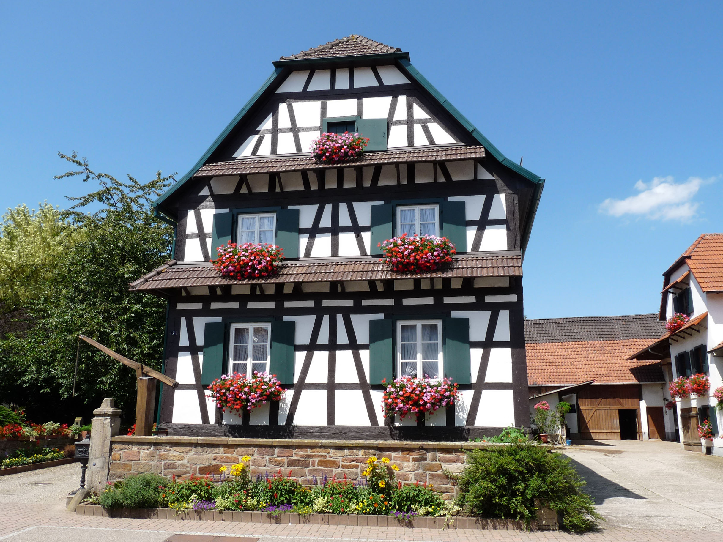 File betschdorf maison colombages 4 jpg wikimedia commons - Maison en bois allemande ...