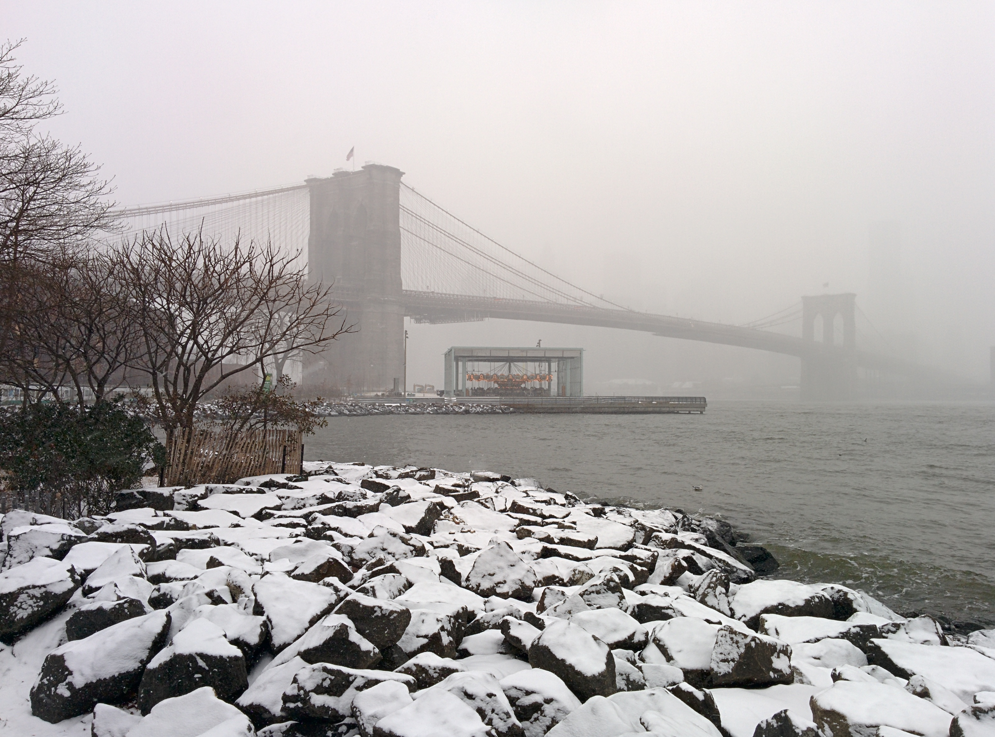Description Brooklyn Bridge during snow storm January 2014.jpg