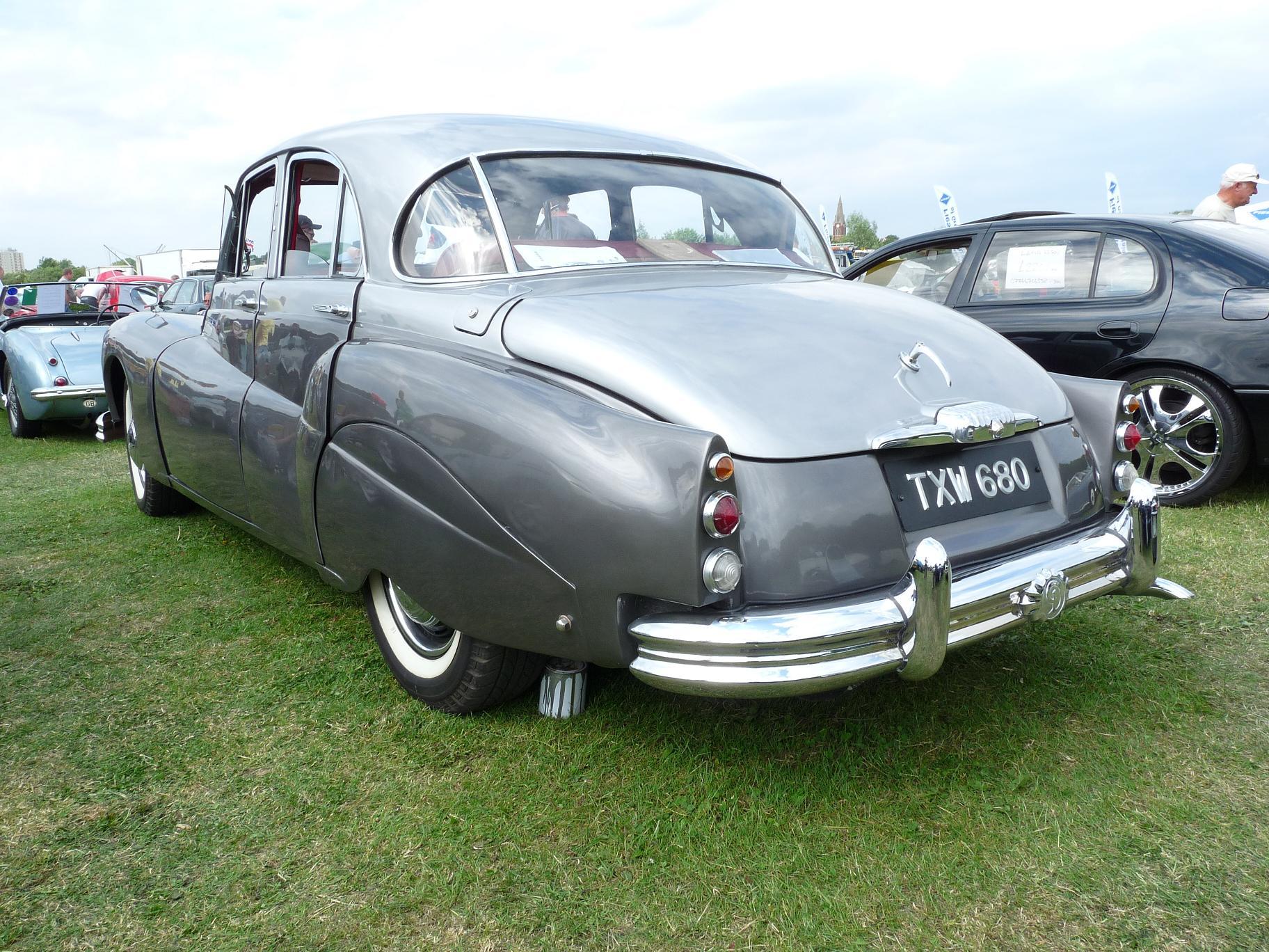 https://upload.wikimedia.org/wikipedia/commons/b/bb/Daimler_1957.jpg