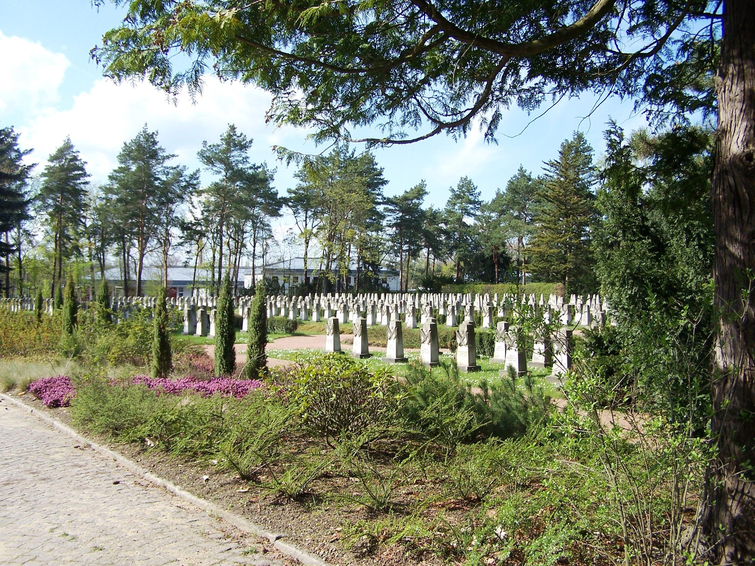 Garnisonfriedhof Marienallee, Blick zum Ost- und Mittelflügel
