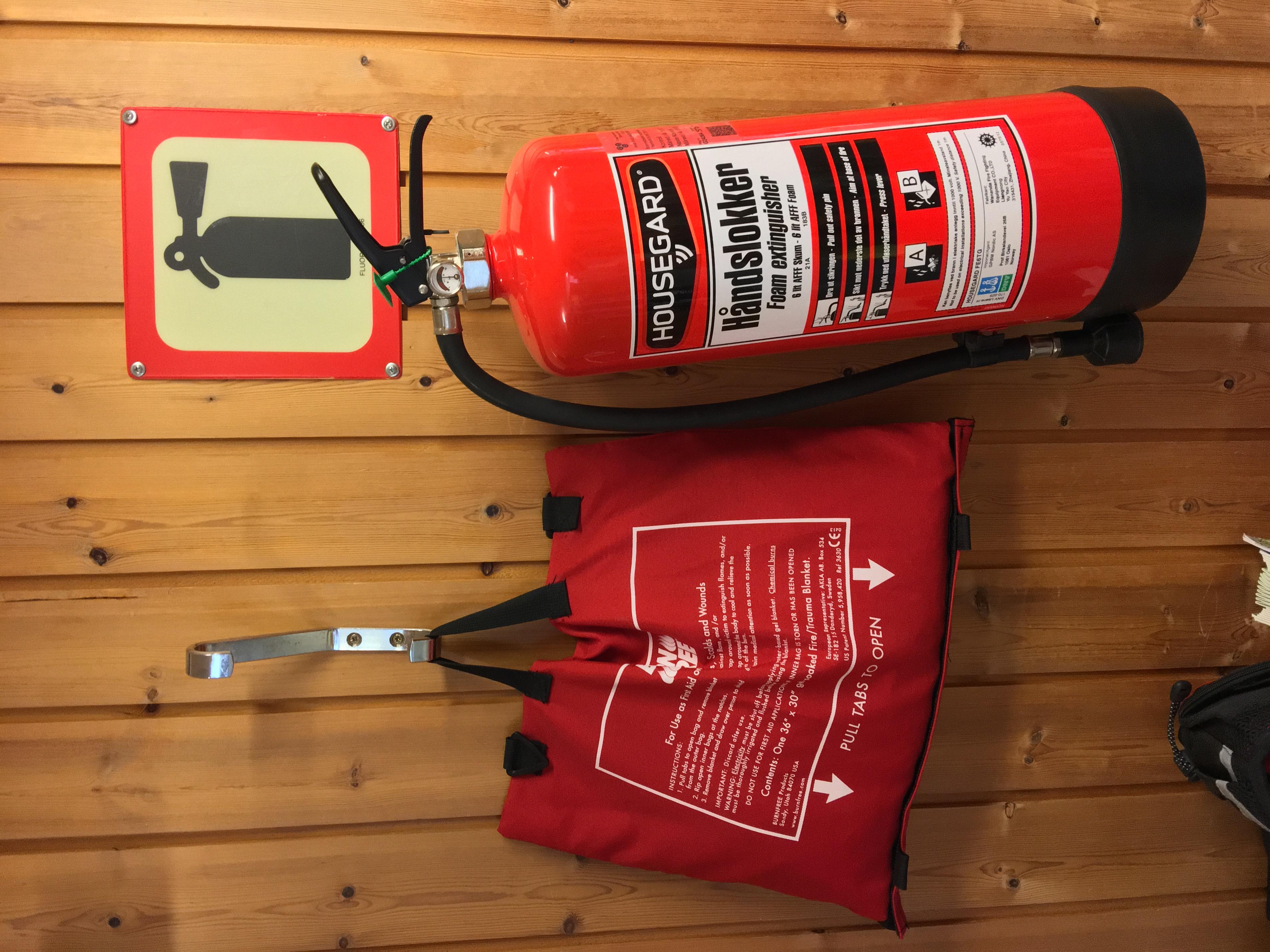 File:Fire foam extinguisher (håndslokker, brannslukningsapparat,  pulverapparat, skumapparat, type HOUSEGARD) on wall in primary school in  Eikelandsosen, Fusa, Hordaland, Norway. Also sign and fire blanket.  2018-03-23 C.jpg - Wikimedia Commons