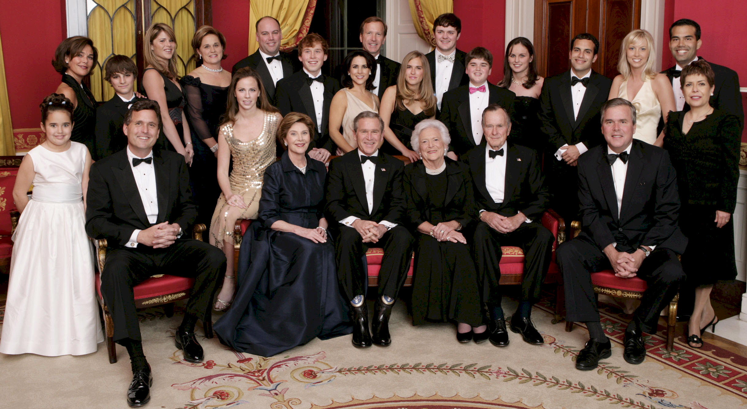 https://upload.wikimedia.org/wikipedia/commons/b/bb/George_W._Bush_and_family.jpg
