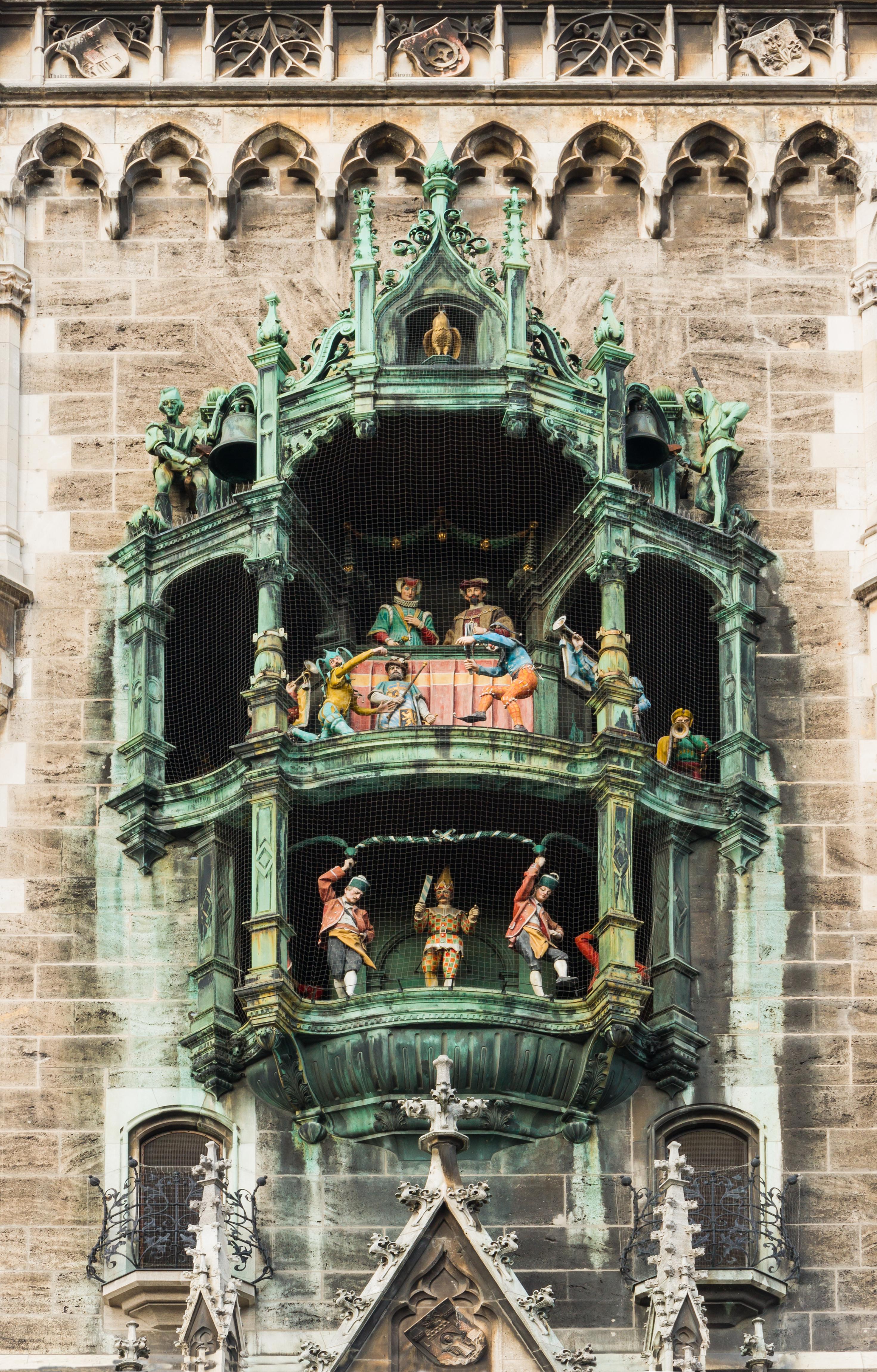 Il Glockenspiel il carillon della torre dell orologio del Neues Rathaus Nuovo Municipio situato in Marienplatz