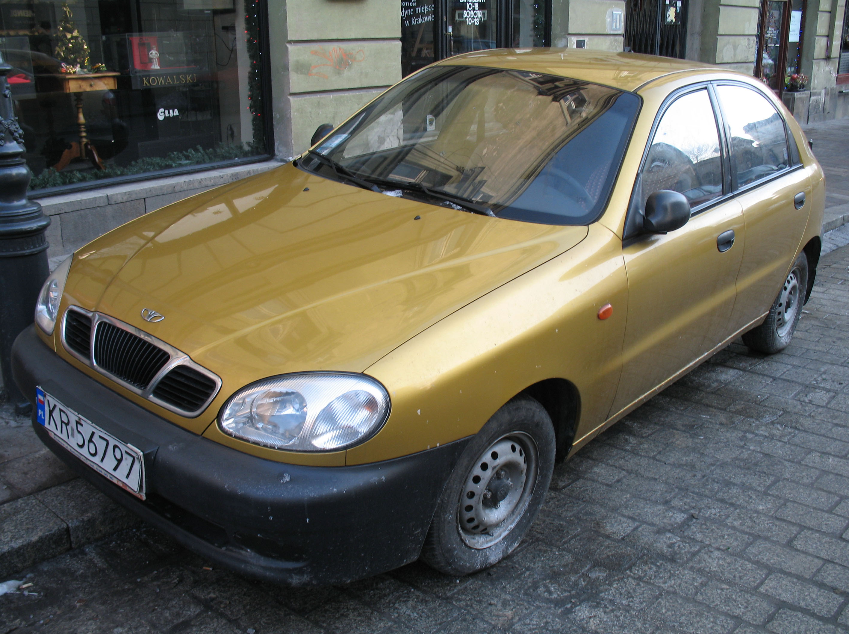 File:Golden Daewoo Lanos 5d in Kraków (1).jpg - Wikimedia Commons