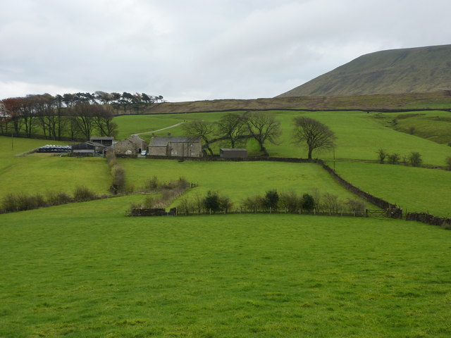 Hecklin Farm and Pendle Hill - geograph.org.uk - 1580688