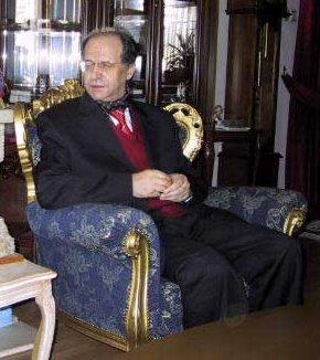 Ibrahim Rugova (1944–2006), Gründer der Demokratischen Liga des Kosovo und Präsident des Kosovo 2002–2006. International berühmt geworden ist er als Symbolfigur des gewaltfreien Kampfes der Kosovo-Albaner um eine Unabhängigkeit ihres Landes von Serbien.