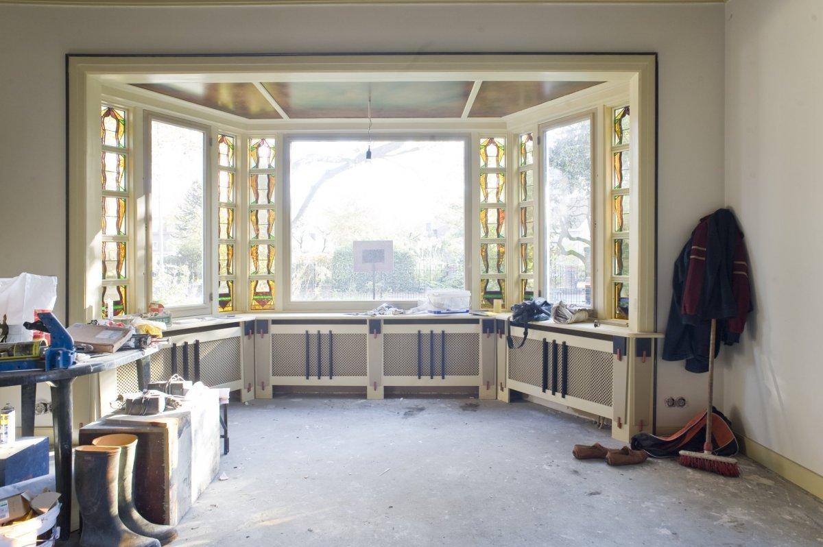 File interieur overzicht woonkamer met vensters met glas in lood raampjes tijdens verbouwing - Interieur woonkamer ...