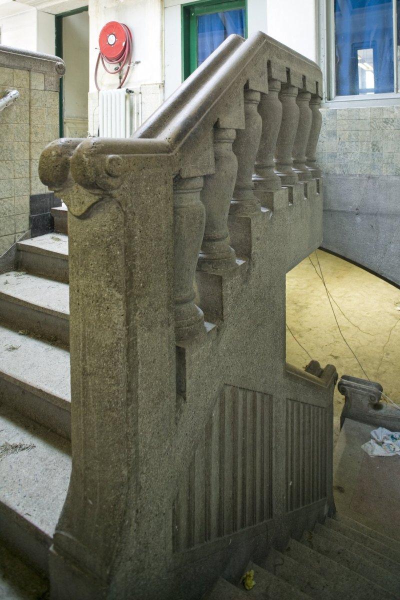 File interieur trap naar kelder met hardstenen balustrade dordrecht 20409370 - Interieur trap ...