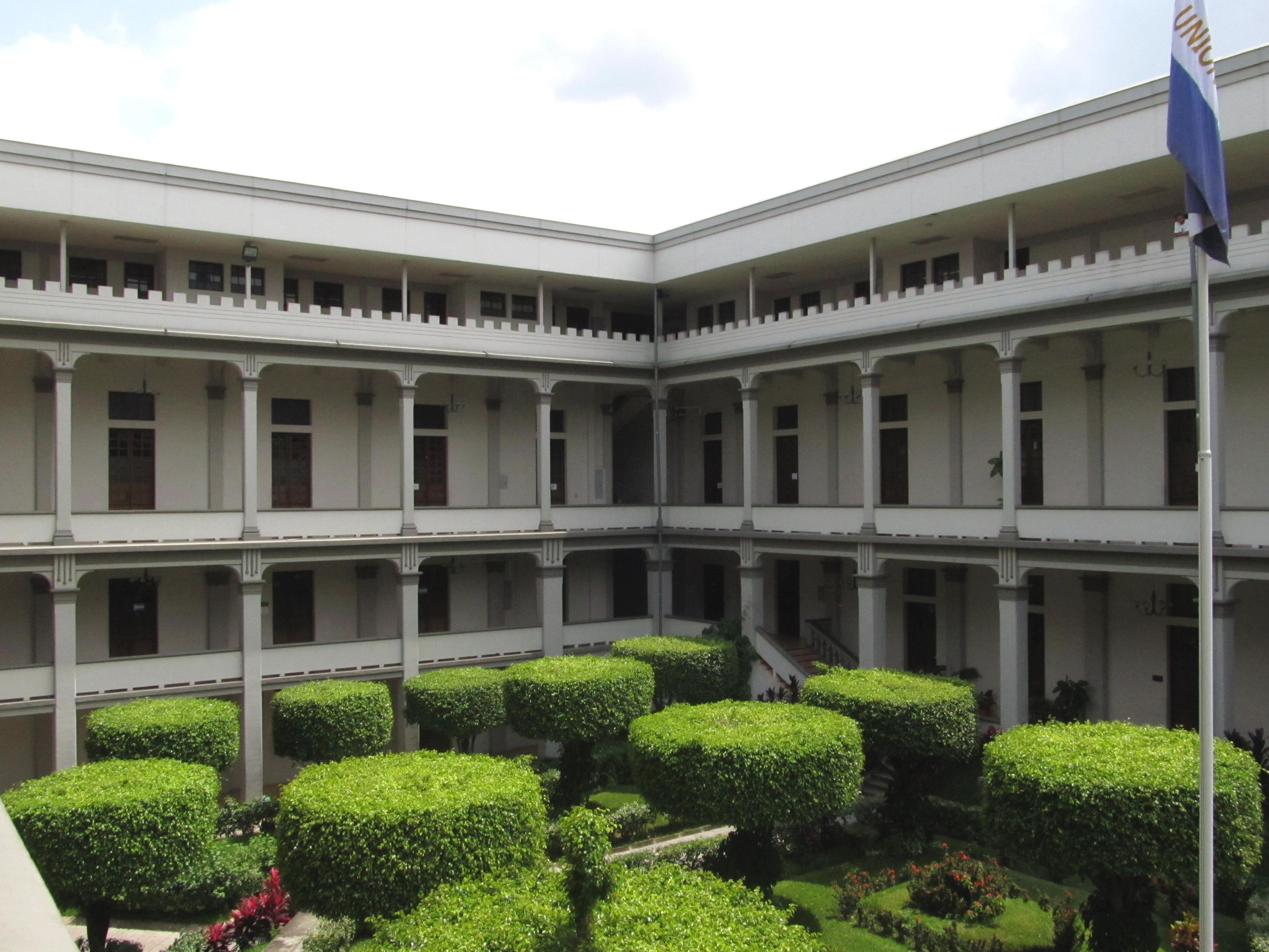 File jardin principal del castillo del pnc en el centro for Cafe el jardin centro historico