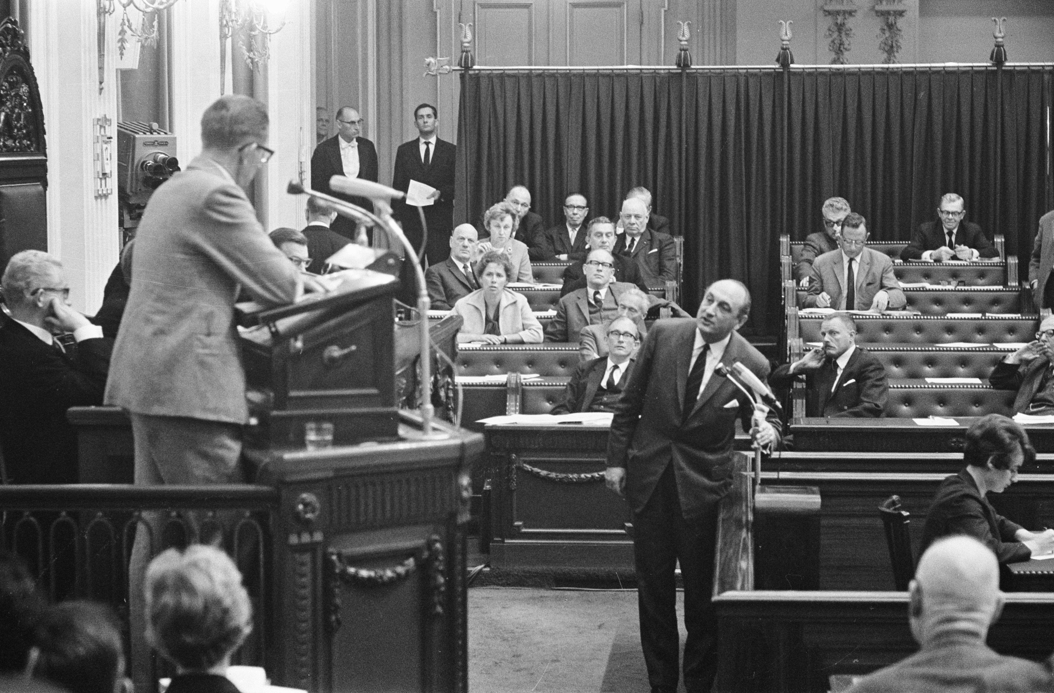 Bestand:Lid van de Tweede Kamer voor de VVD dhr. Edzo Toxopeus  interrumpeert de fractiev, Bestanddeelnr 919-6733.jpg - Wikipedia