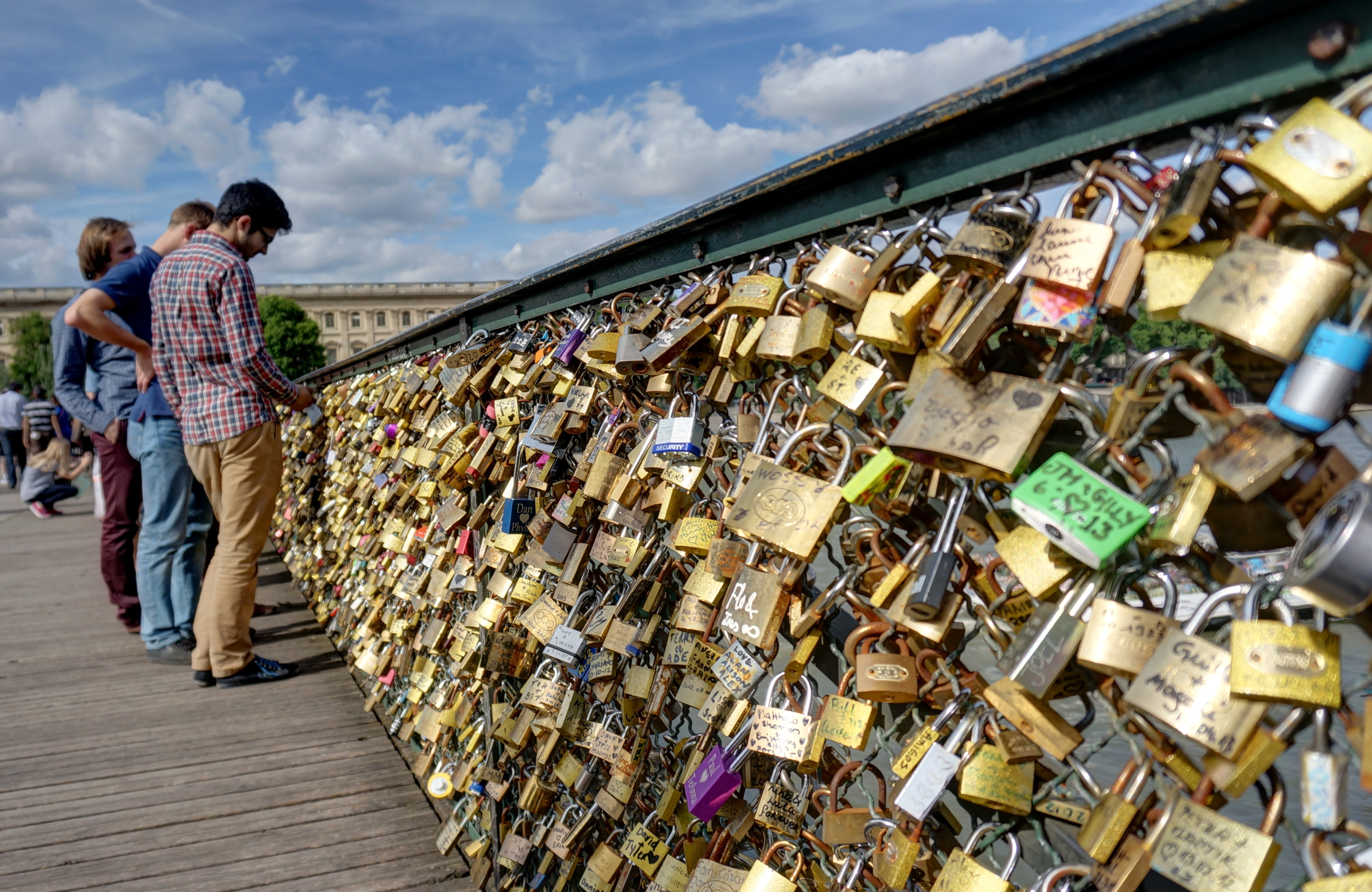 File lovelocks on pont des arts wikimedia commons for Love lock bridge in paris