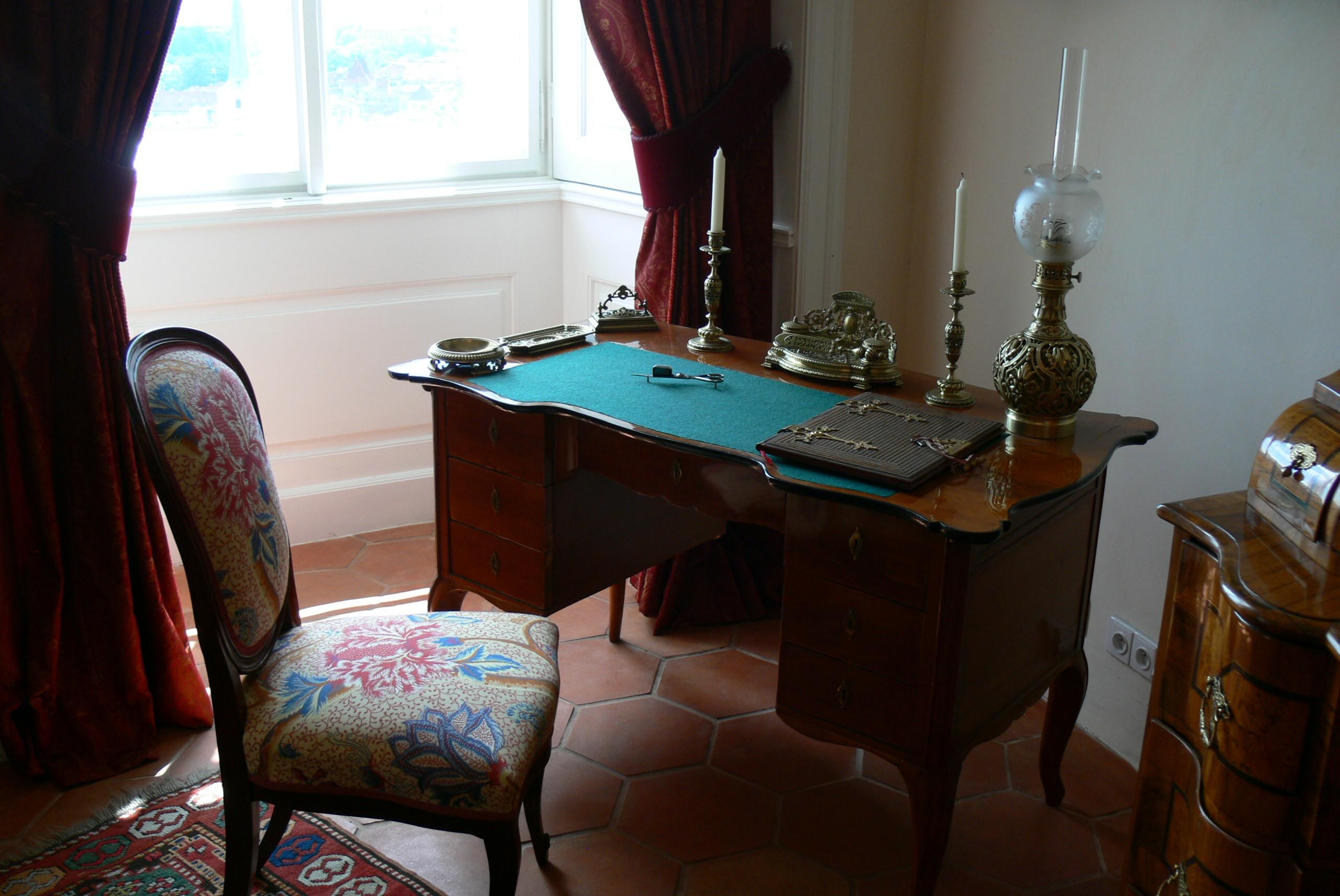 File:Palais Rožmberk   Wohnzimmer Schreibtisch