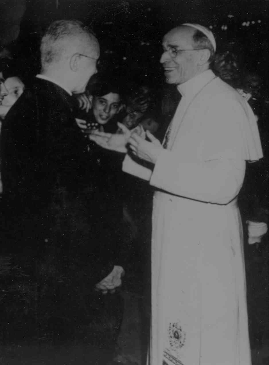 Pope Pius XII greets pilgrims cropped.jpg