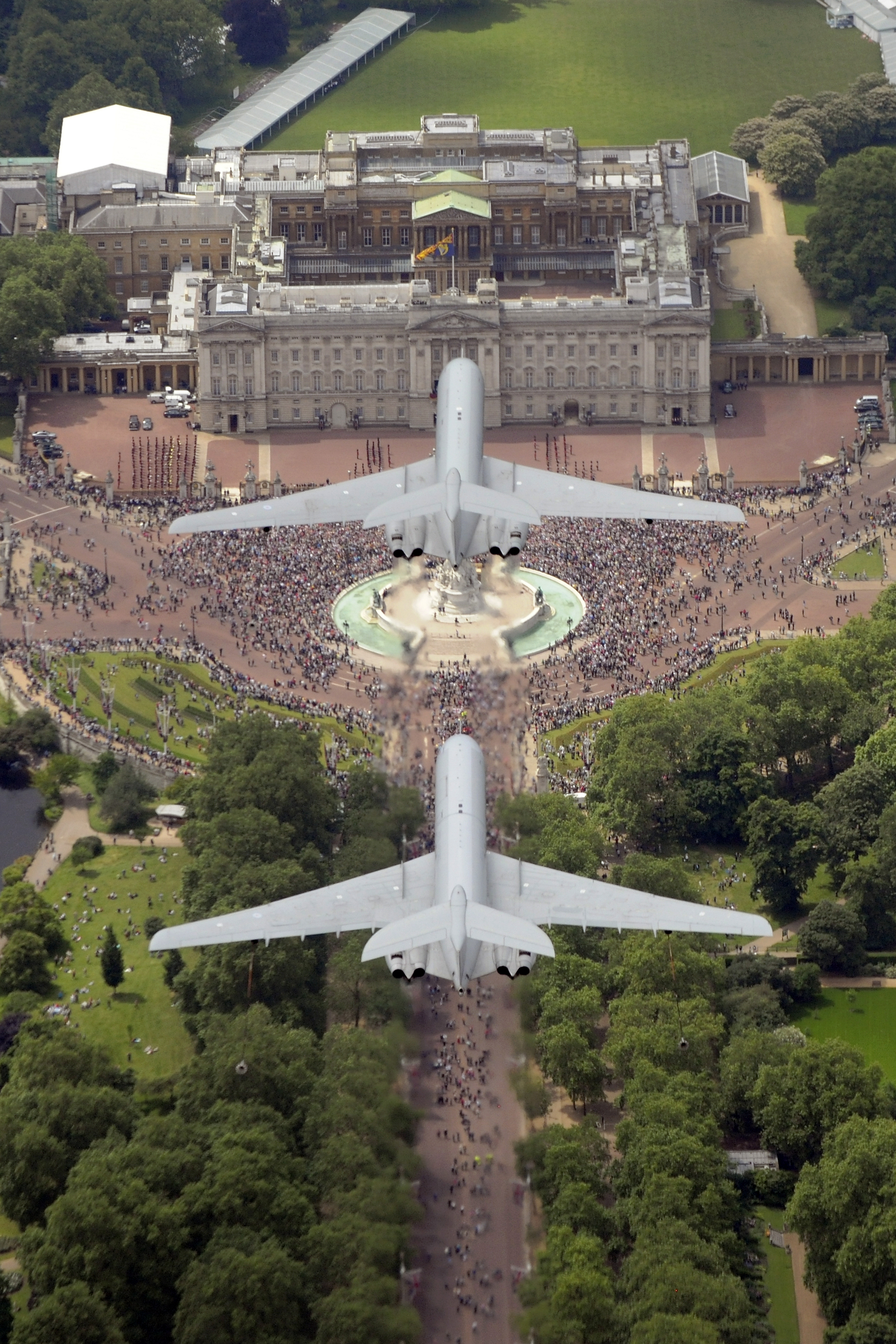File:RAF VC-10 Aircraft Fly Over Buckingham Palace MOD ...