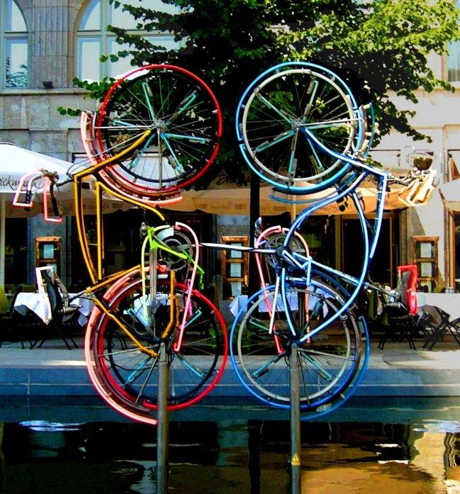 『Riding Bikes』ベルリン、1998年 Wikipediaより