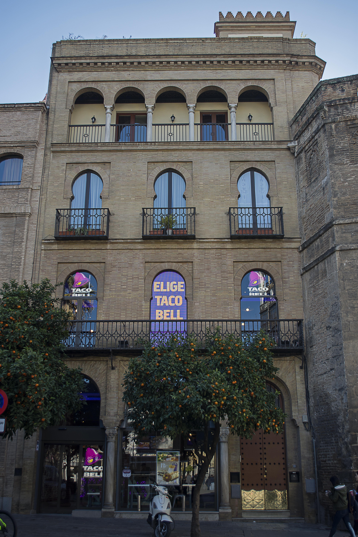 f2fa01af8 Publicidad luminosa en varias ventanas e incluso en una de ellas (la  central) hay una pantalla led, estando en un entorno totalmente histórico,  frente al ...