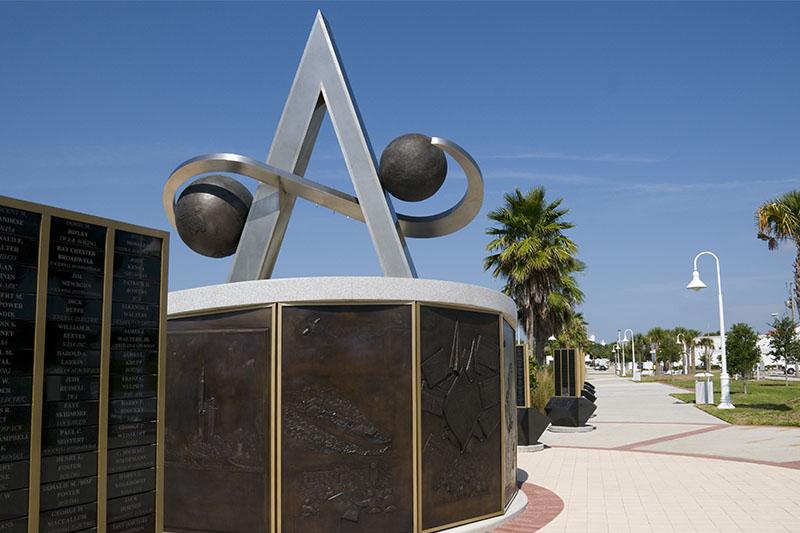 [Vote] Photo de mois (Janvier 2015) US_Space_Walk_of_Fame_-_Apollo_Monument