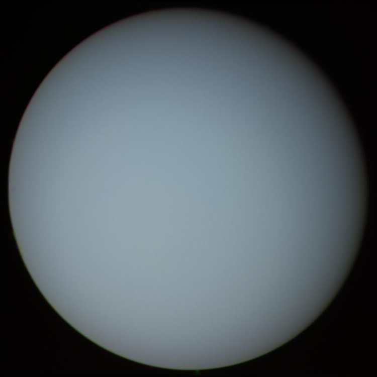 Uranus obsevée par Voyager 2, By NASA/JPL (http://photojournal.jpl.nasa.gov/catalog/PIA00032) [Public domain], via Wikimedia Commons