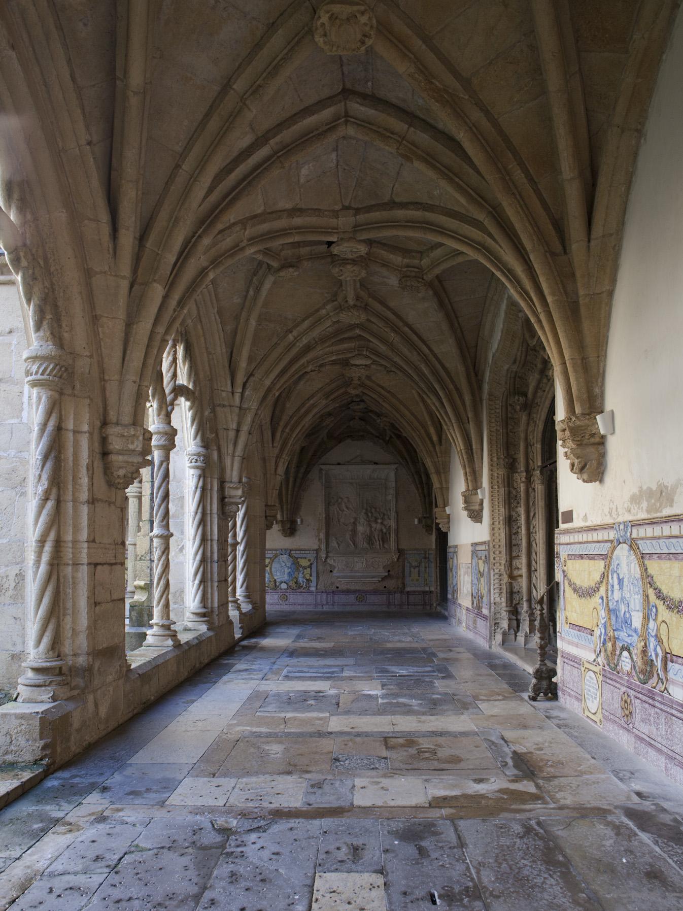 File:1 Marcos Pires Claustro do Silêncio Mosteiro de Santa Cruz ...