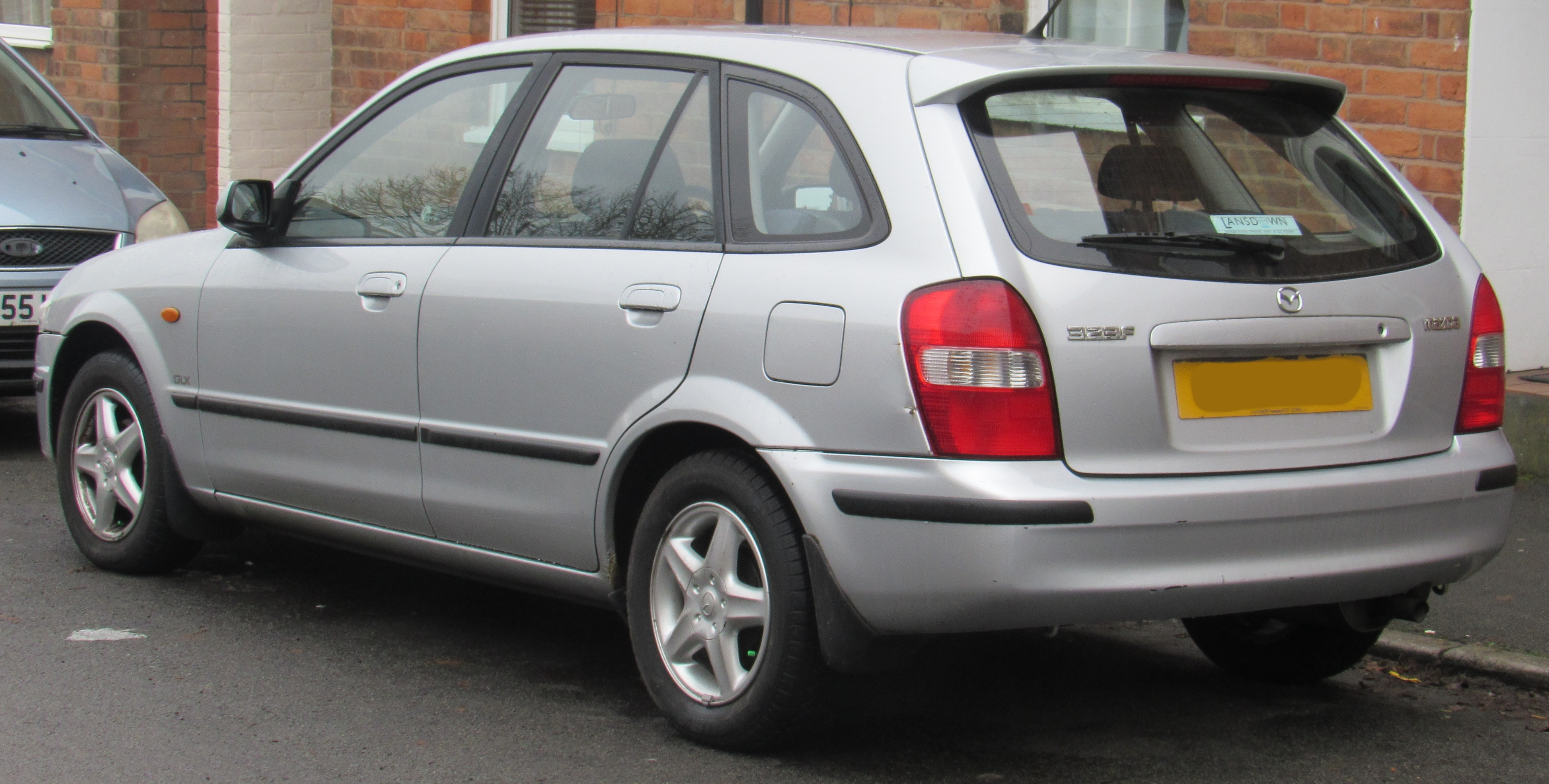 https://upload.wikimedia.org/wikipedia/commons/b/bc/2000_Mazda_323F_1.5_Rear.jpg
