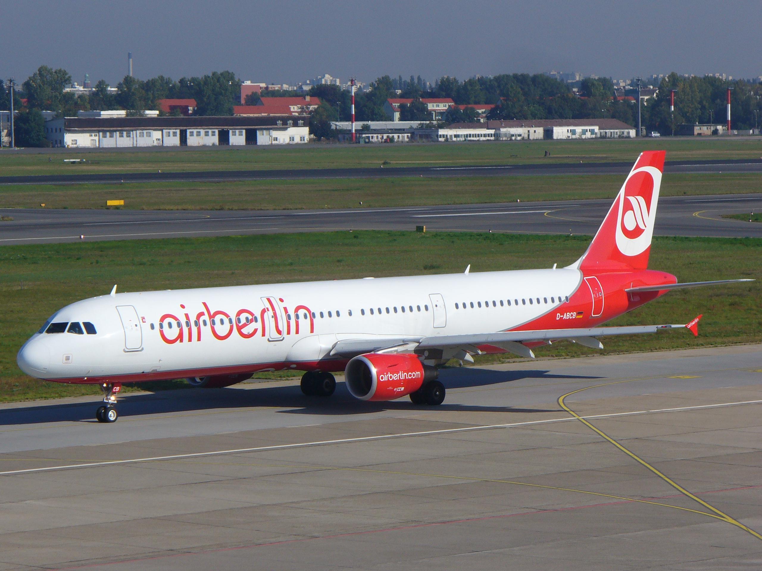 Air Berlin ist die zweitgrößte deutsche Fluggesellschaft (Sitz: Berlin); hier ein Airbus A321 am Drehkreuz in Tegel