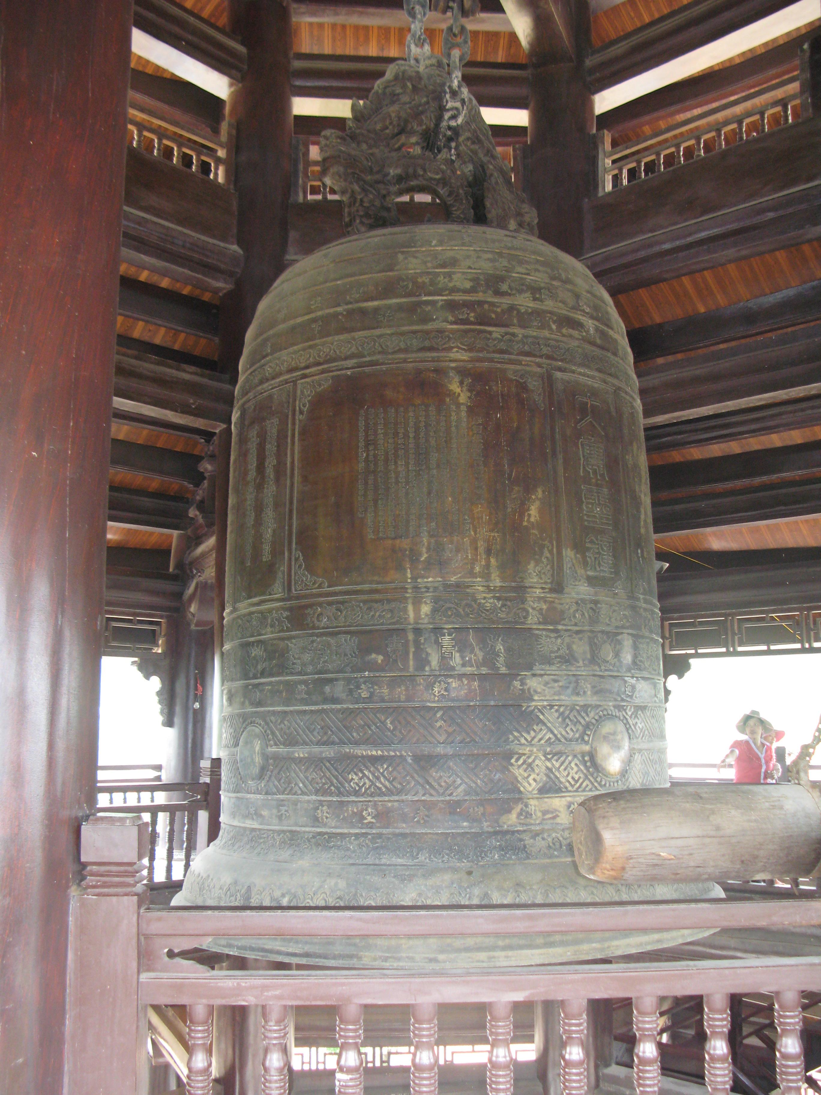 https://upload.wikimedia.org/wikipedia/commons/b/bc/BaiDinh_Chuong.JPG