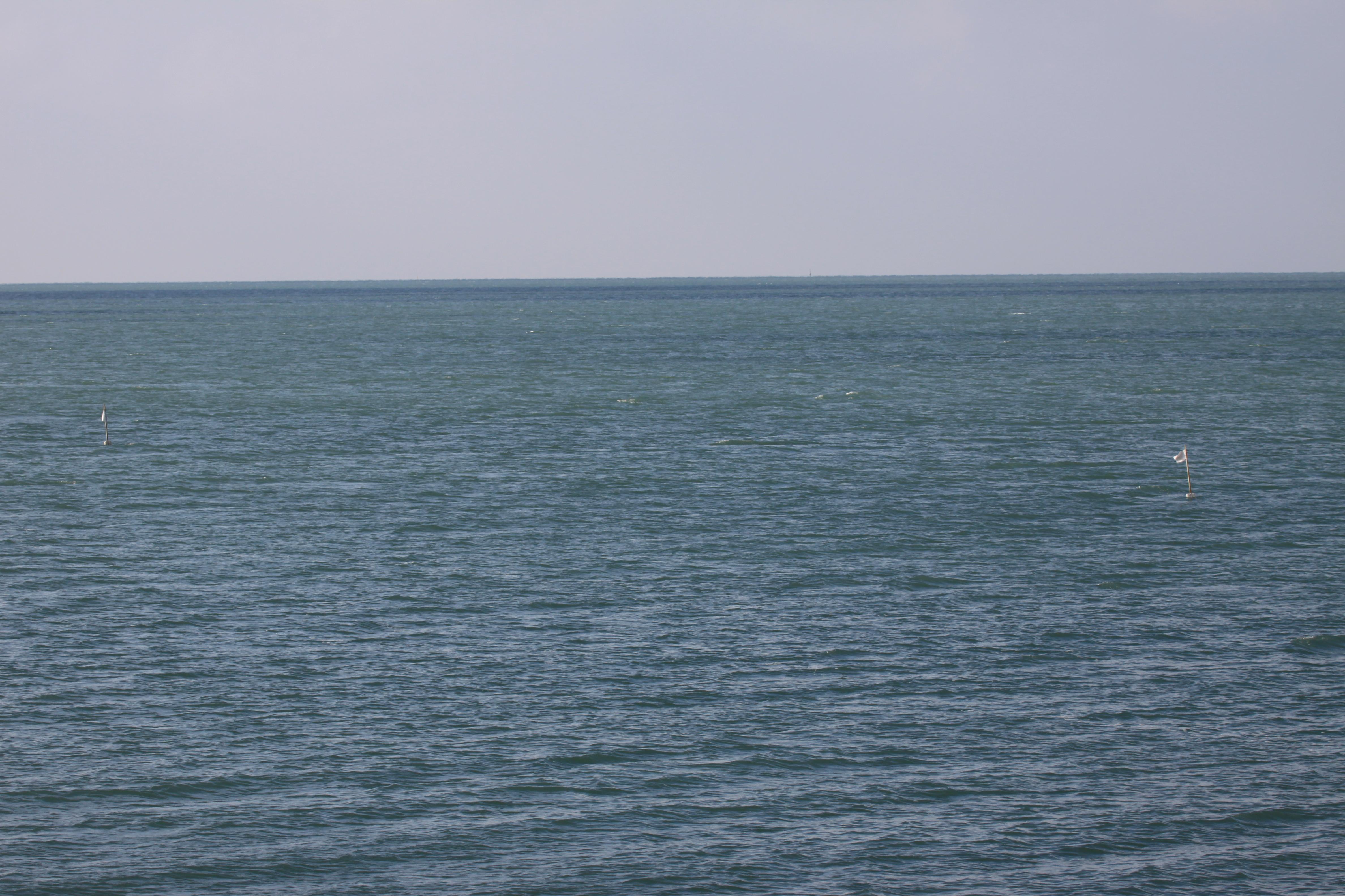 :bouées de balisage de matériel de pêche flottant sur la mer