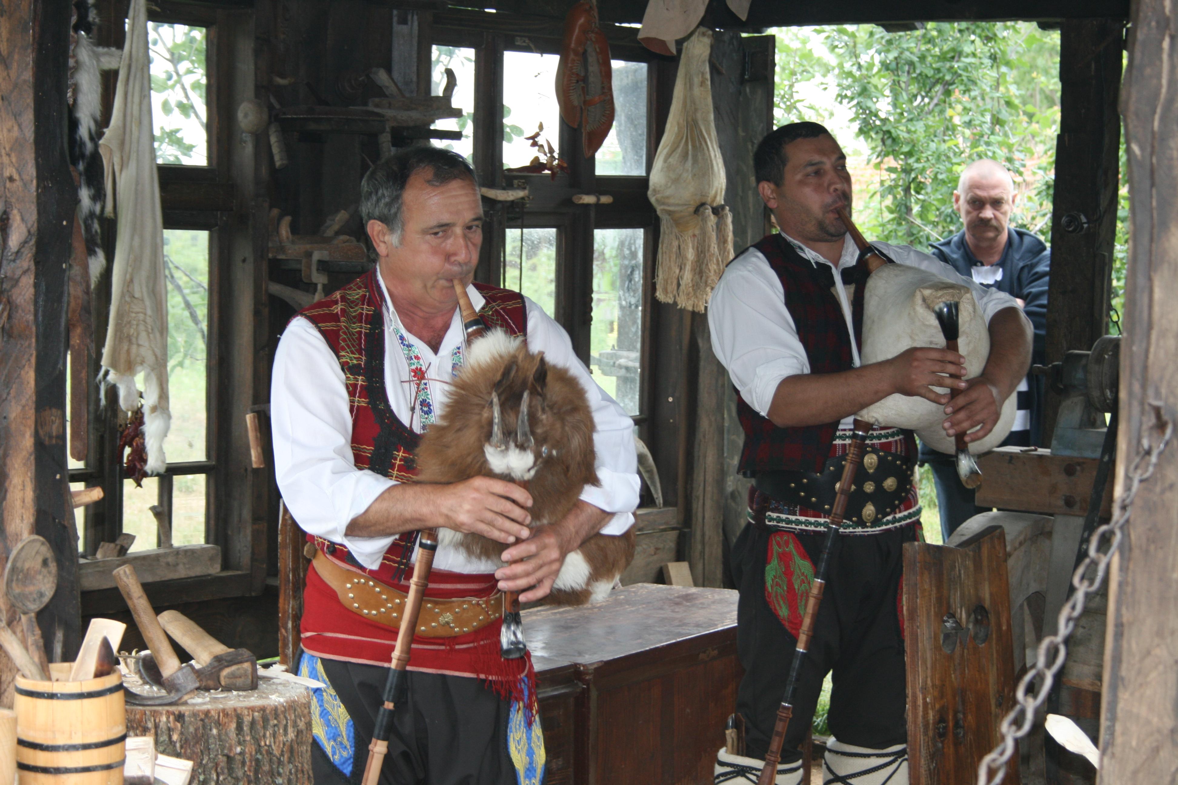 Ostbulgarische Musiker spielen auf ihrer handgefertigten Gajda