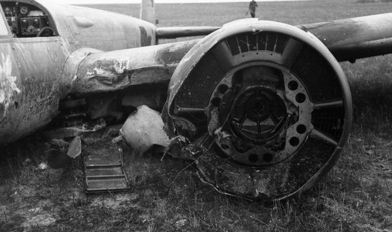 Bild 101i-345-0780-14a, frankreich, abgestürztes flugzeug