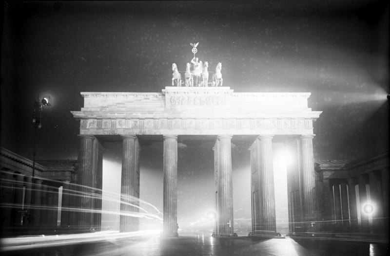 file bundesarchiv bild 102 05818 berlin brandenburger tor in n chtlicher. Black Bedroom Furniture Sets. Home Design Ideas