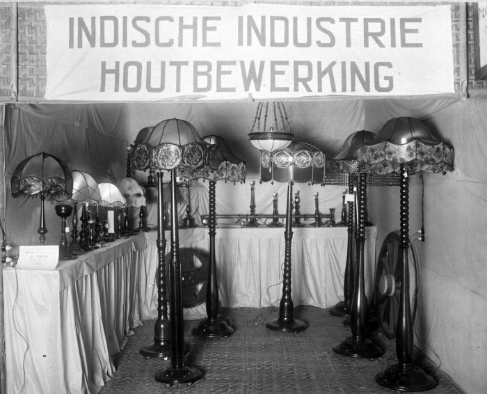 file collectie tropenmuseum lampen in de stand indische industrie houtbewerking op de pasar. Black Bedroom Furniture Sets. Home Design Ideas