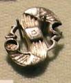 Cividale, man, fibula a S in argento dorato, da necropoli cella 07.jpg