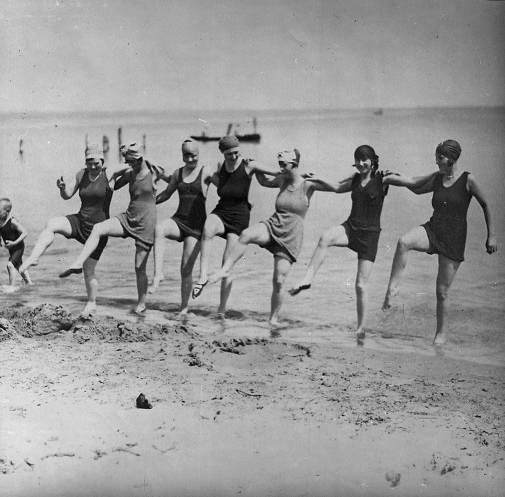 Description Dancing on the beach.jpg