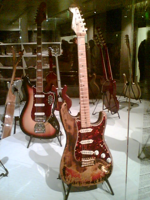 http://upload.wikimedia.org/wikipedia/commons/b/bc/Fender_Stratocaster_br%C3%BBl%C3%A9e_par_Jimi_Hendrix_et_r%C3%A9cup%C3%A9r%C3%A9e_par_Frank_Zappa.jpg