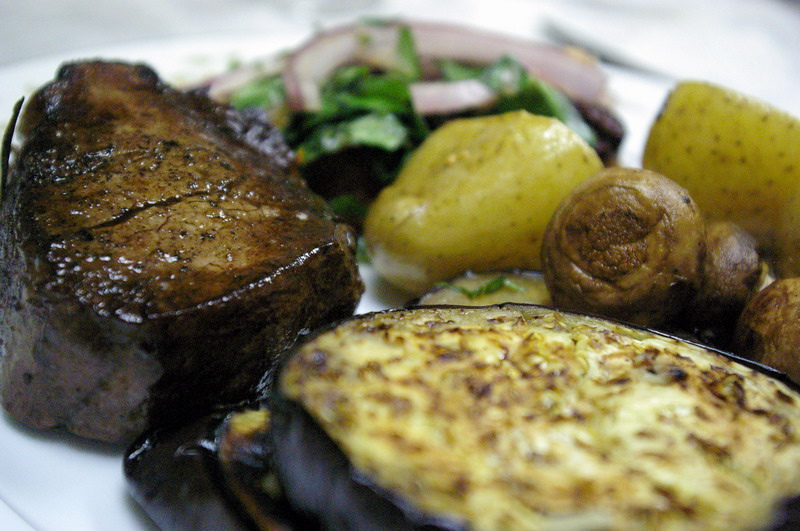 File:Filet mignon with mushrooms and vegetables (1).jpg