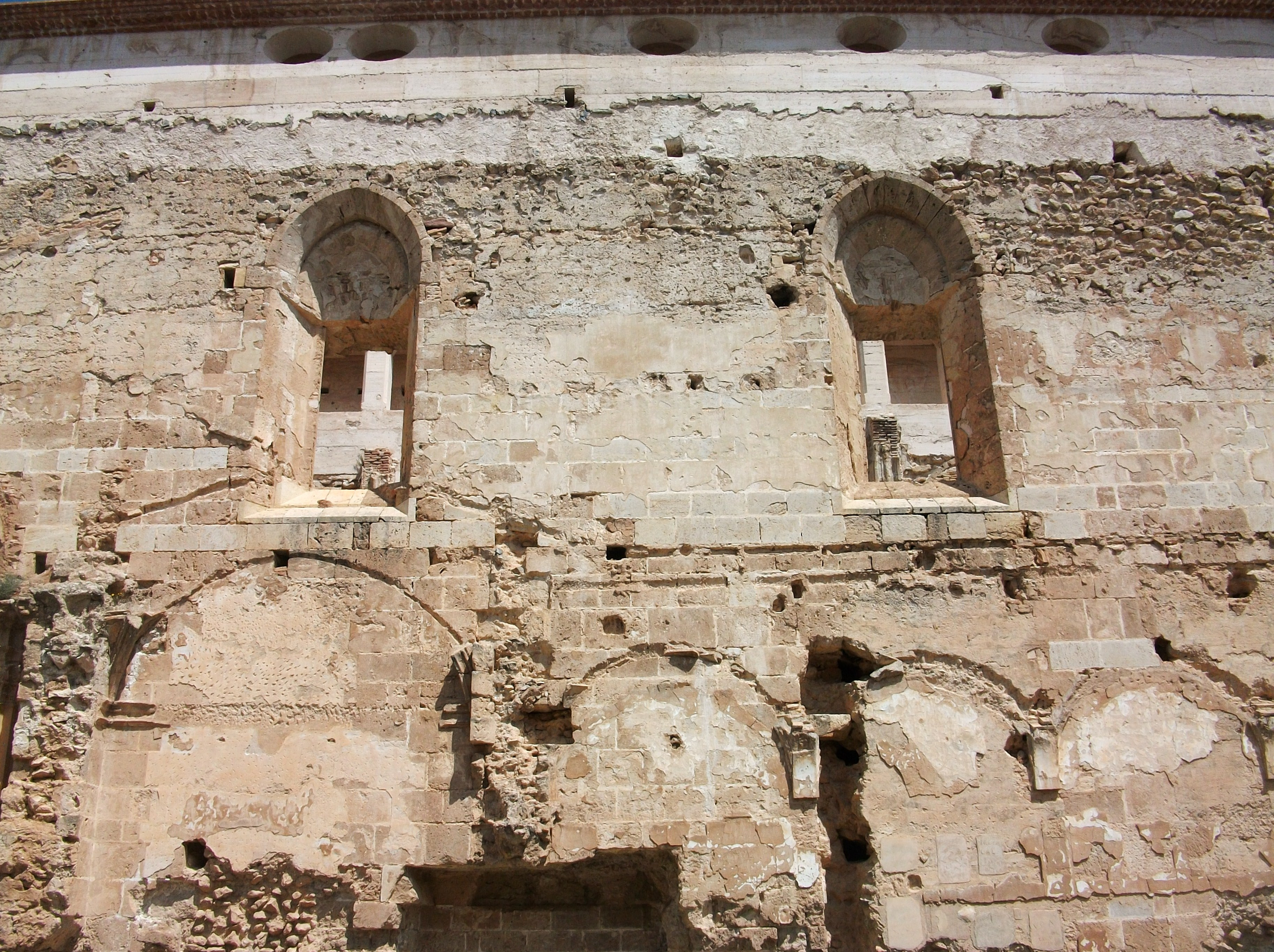 File:Finestres gòtiques de lesglésia de la Mare de Déu dels Àngels, Vall...