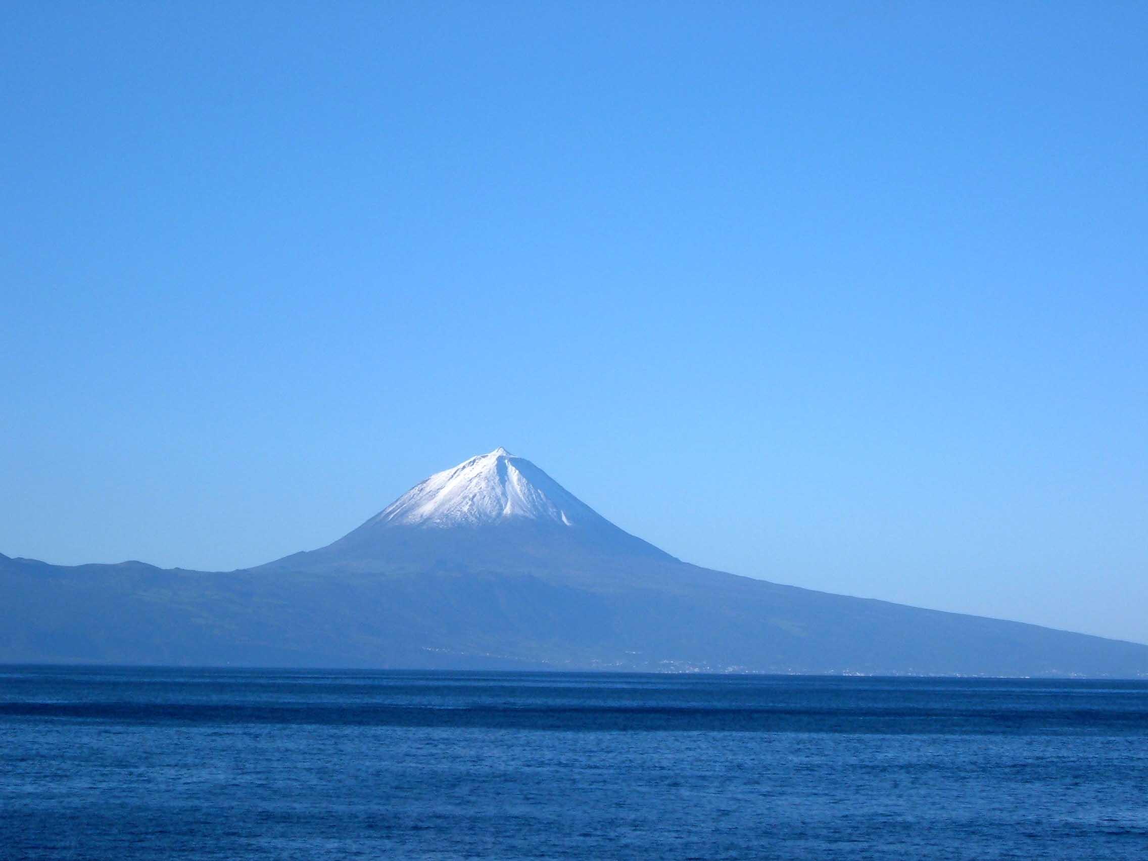 Ilha_do_Pico_vista_da_Faj%C3%A3_Grande,_Calheta,_ilha_de_S%C3%A3o_Jorge,_A%C3%A7ores,_Portugal.JPG