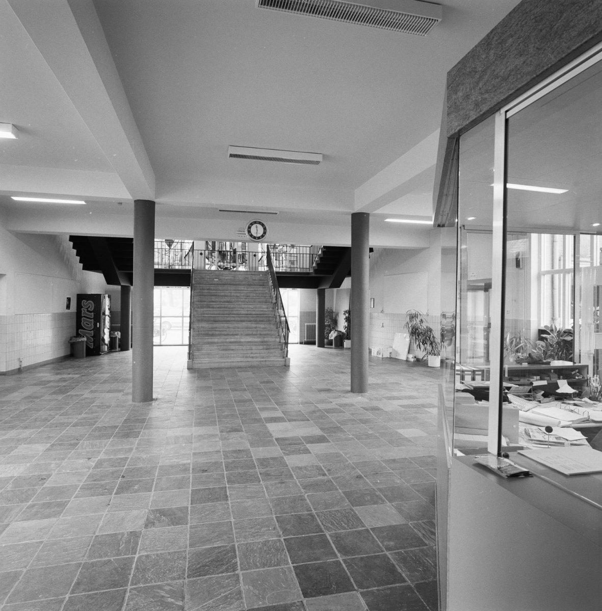 File interieur hal met trappenhuis eindhoven 20338238 for Interieur eindhoven