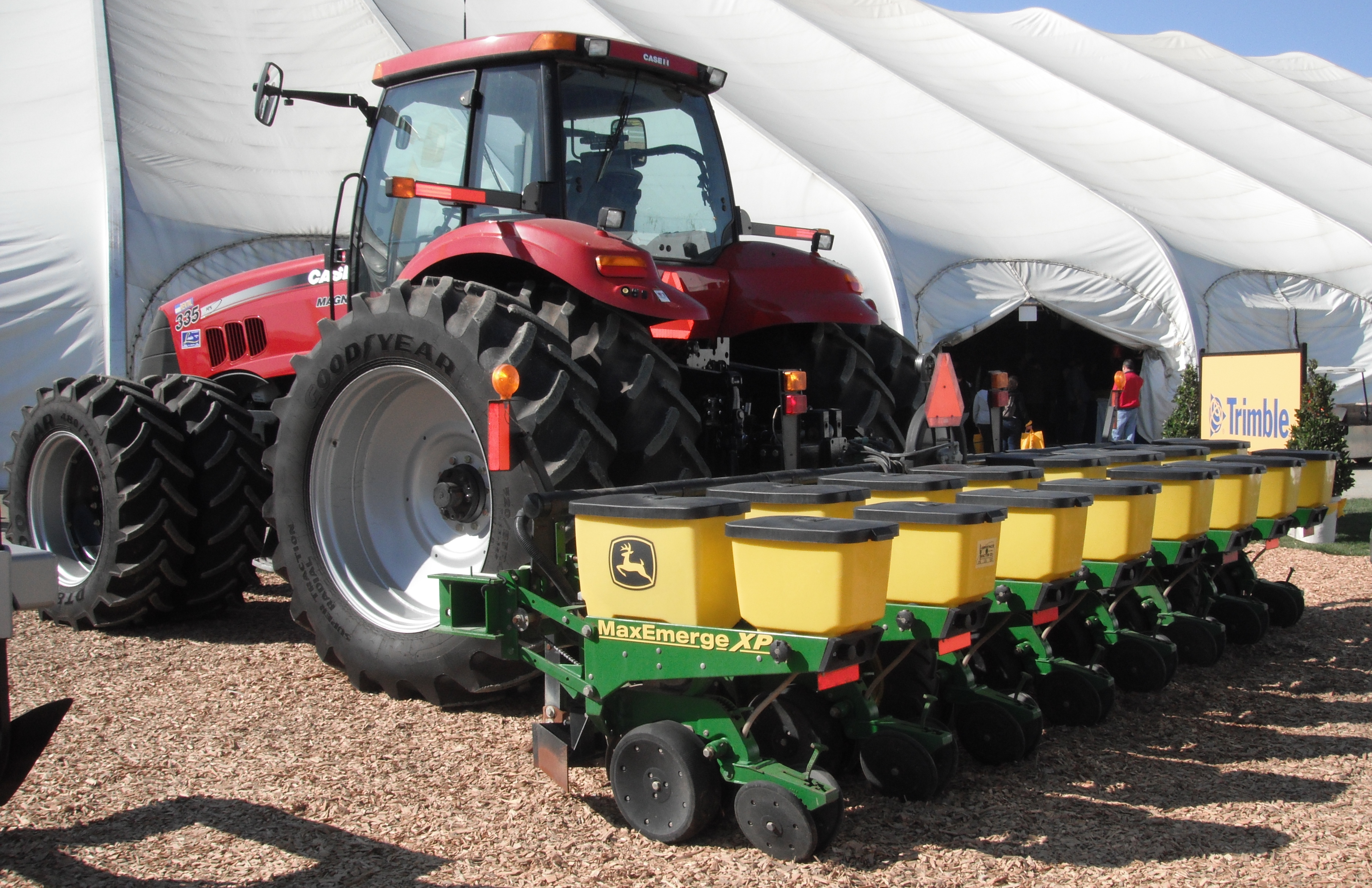 File John Deere Planter With Case Ih Tractor Jpg Wikimedia Commons