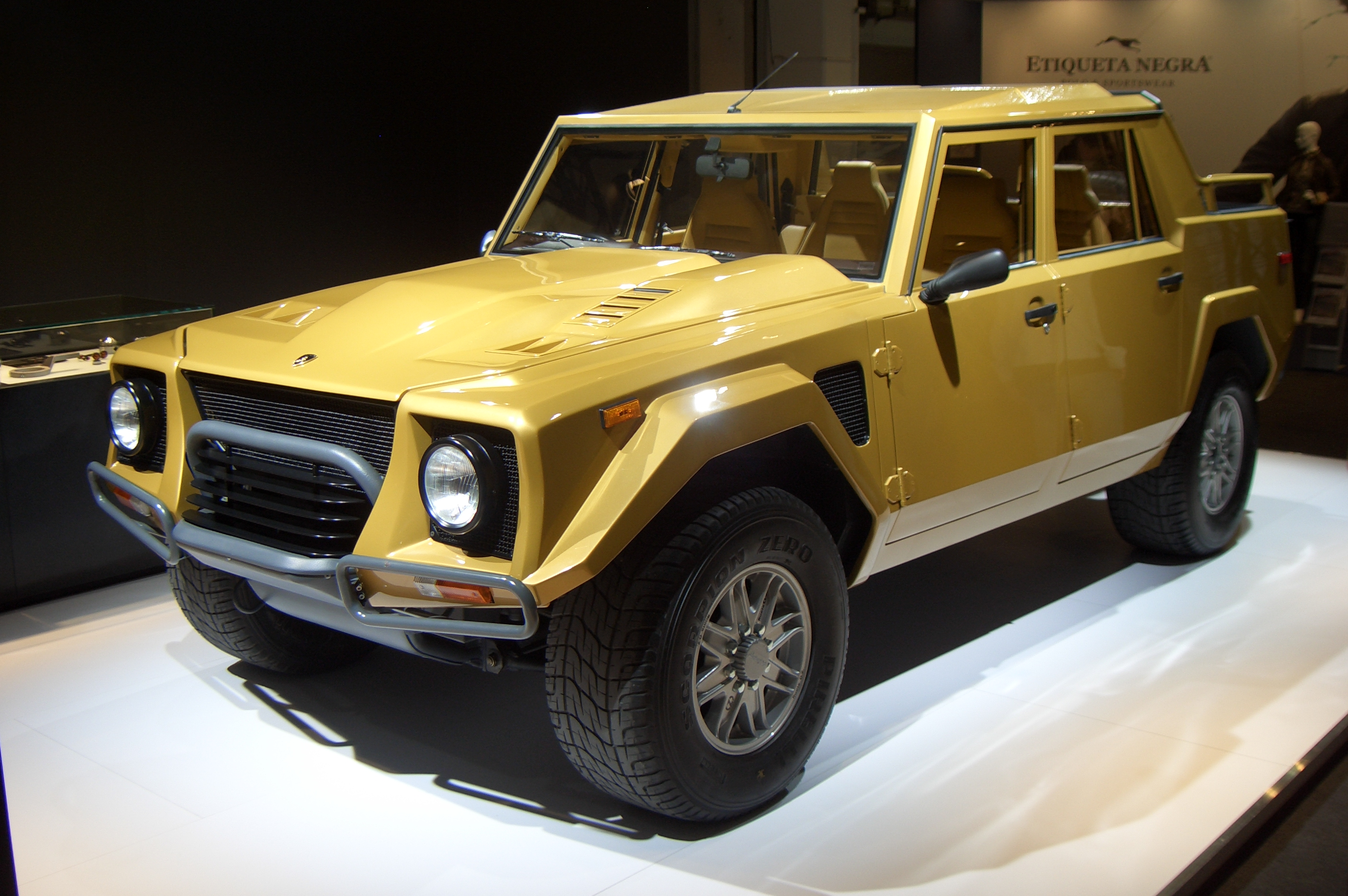 https://upload.wikimedia.org/wikipedia/commons/b/bc/Lamborghini_LM002_Gen1_1986-1992_frontleft_2012-03-22_A.jpg