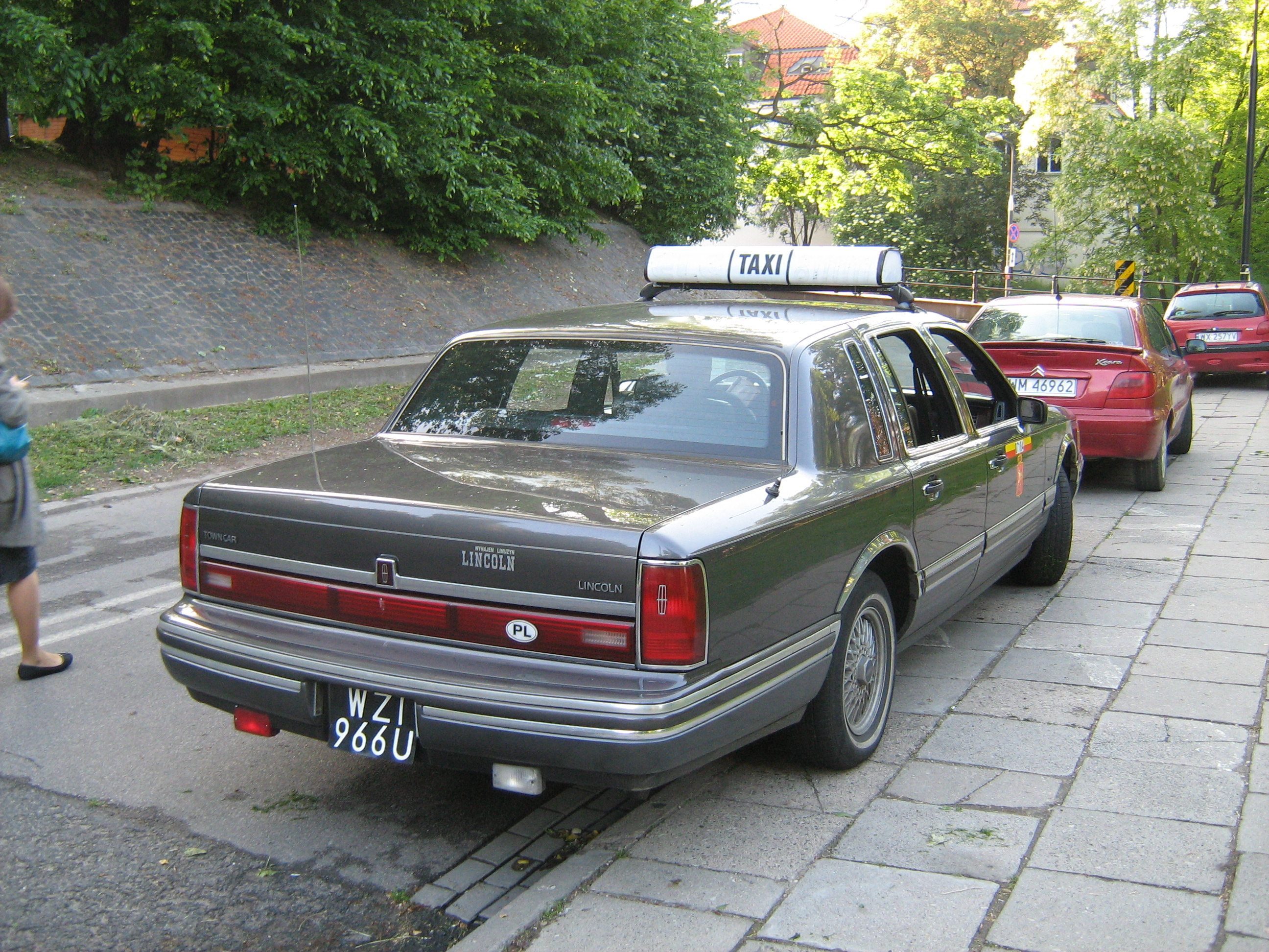 File Lincoln Town Car Taxi In Warsaw Poland Jpg Wikimedia Commons