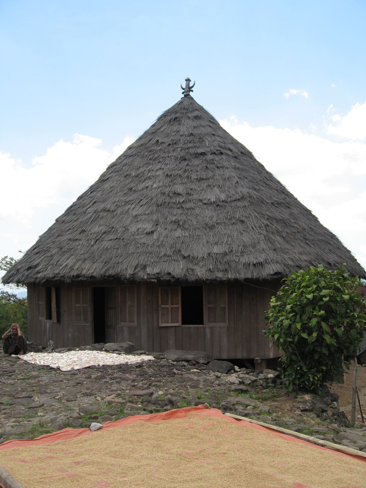 file:manggarai, flores traditional house - wikimedia commons