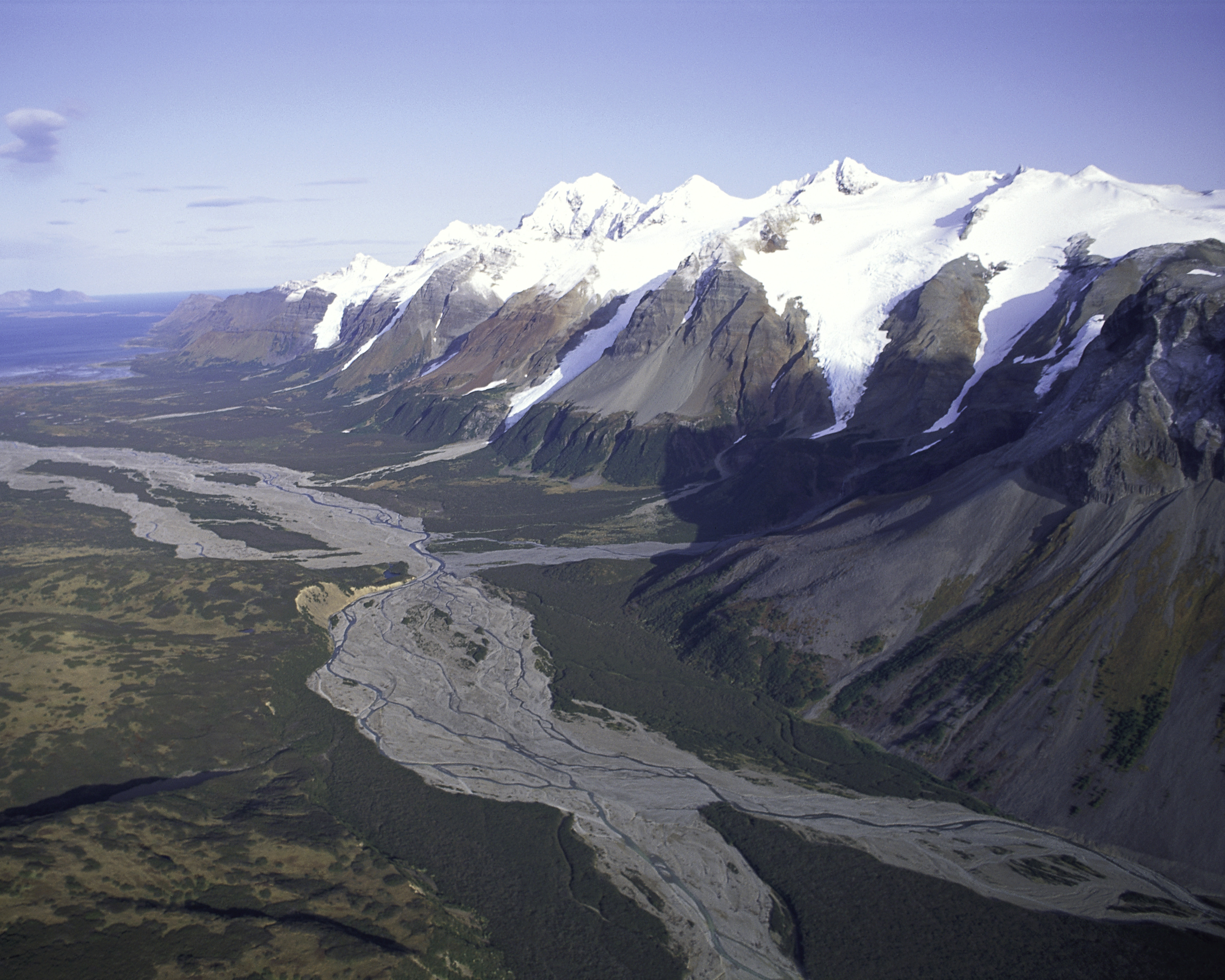 http://upload.wikimedia.org/wikipedia/commons/b/bc/Mountain_Range_Alaska_Peninsula_NWR.jpg
