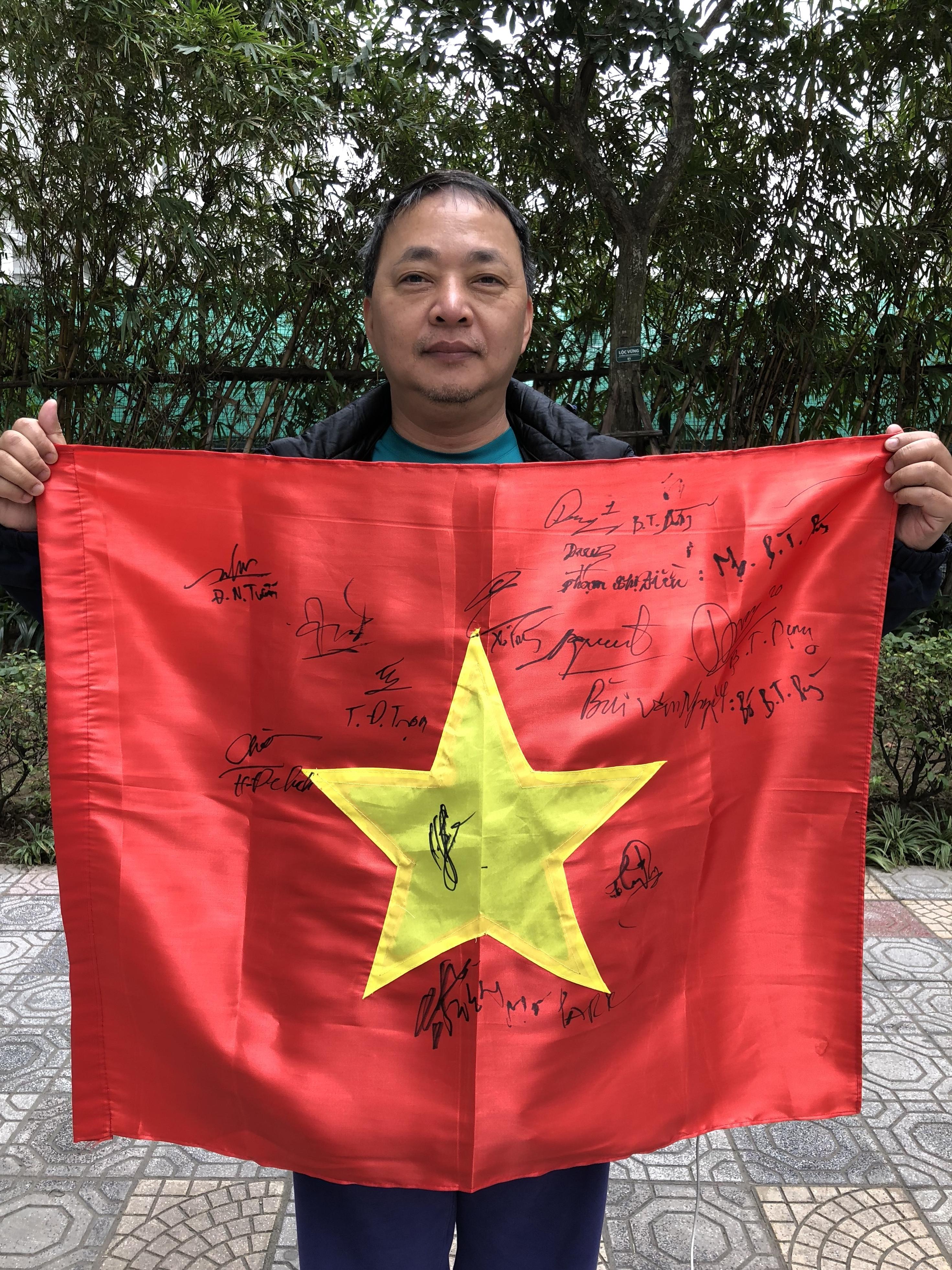 File:Newone - lá cờ chữ ký U23 Việt Nam của lớp tiếng Anh thầy Lâm.jpg