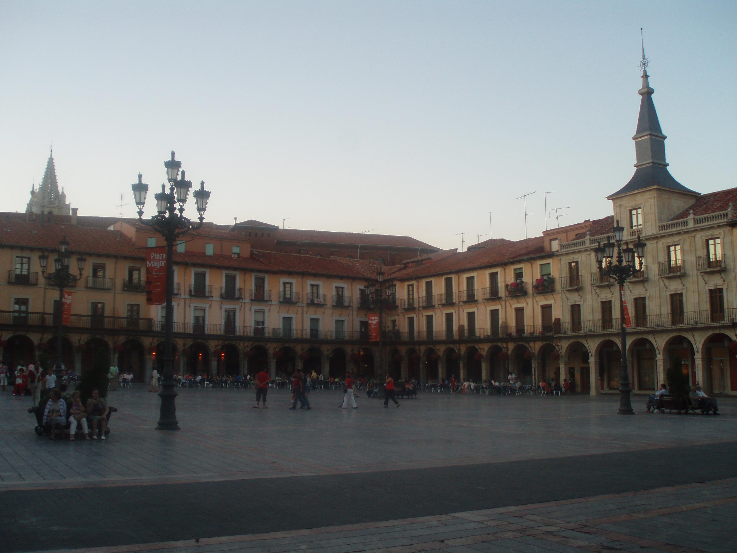 File:Panorámica de la Plaza Mayor de León (España).JPG - Wikimedia Commons