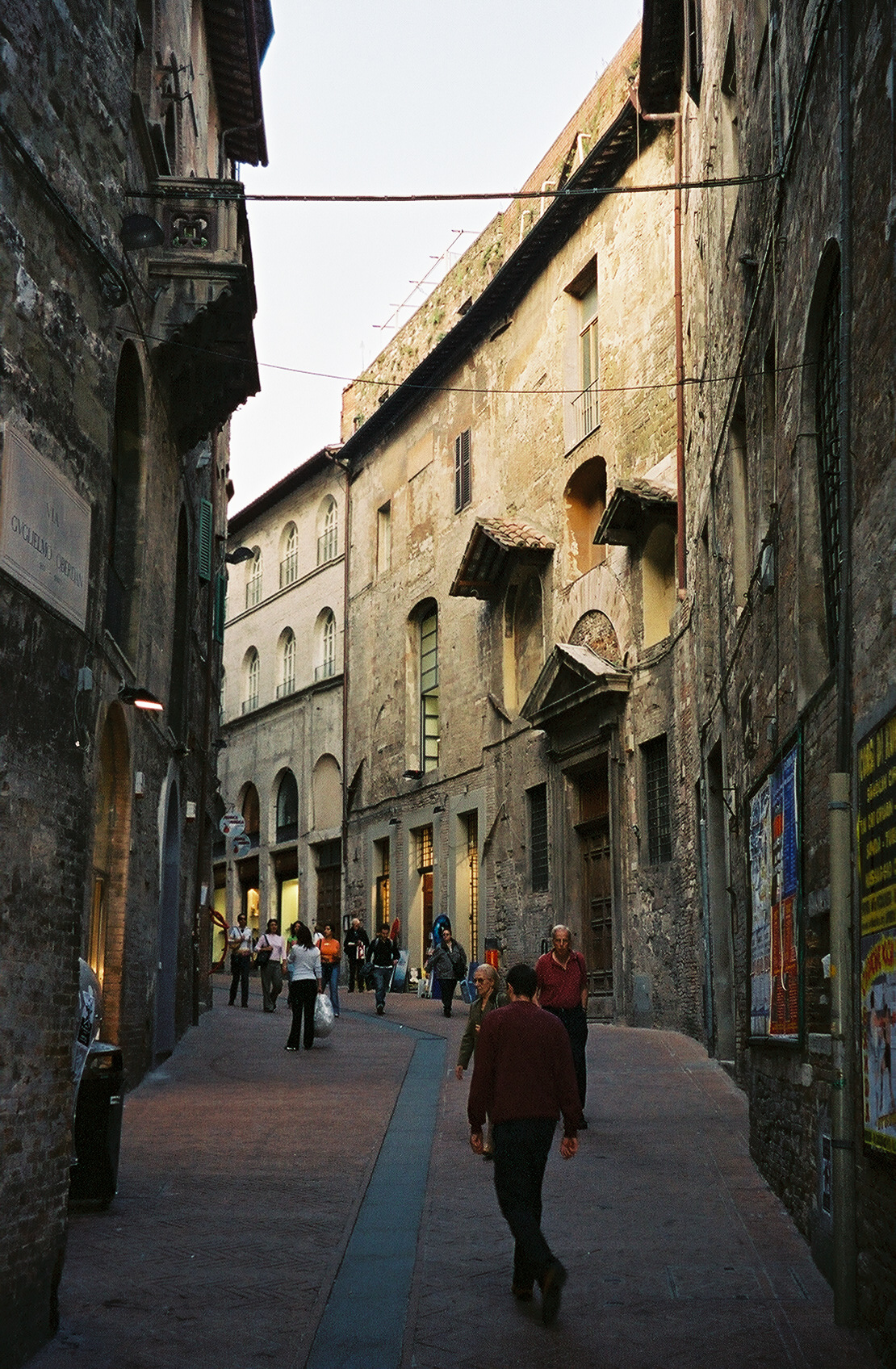 http://upload.wikimedia.org/wikipedia/commons/b/bc/Perugia-via-Oberdan.jpg