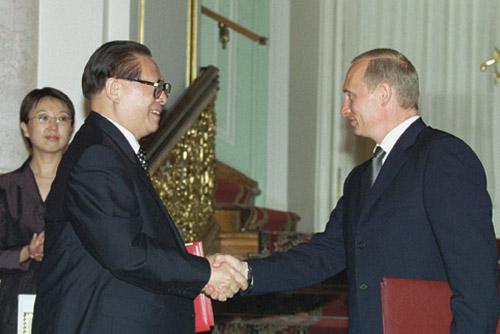 2001年7月16日,江澤民主席與普京總統在克裏姆林宮舉行會談。