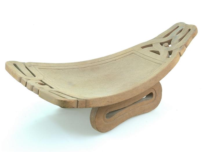 File:Tropenmuseum Royal Tropical Institute Objectnumber 3290-100 Houten pindavijzelplank met siersnijw.jpg